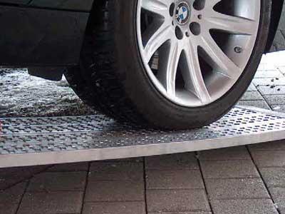 M040 oprijplaten met een auto er op