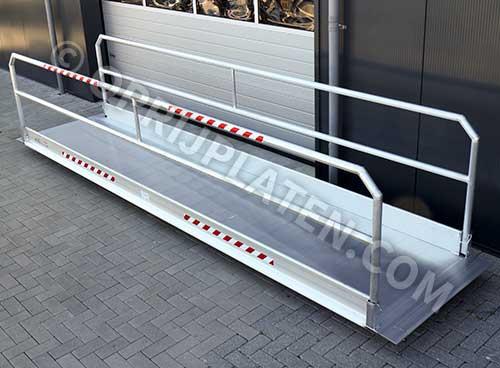 Aluminium loopbrug met neerklapbare leuningen